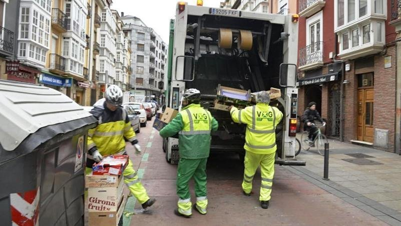 Muere un trabajador de la limpieza tras caer de un camión y golpearse en la cabeza