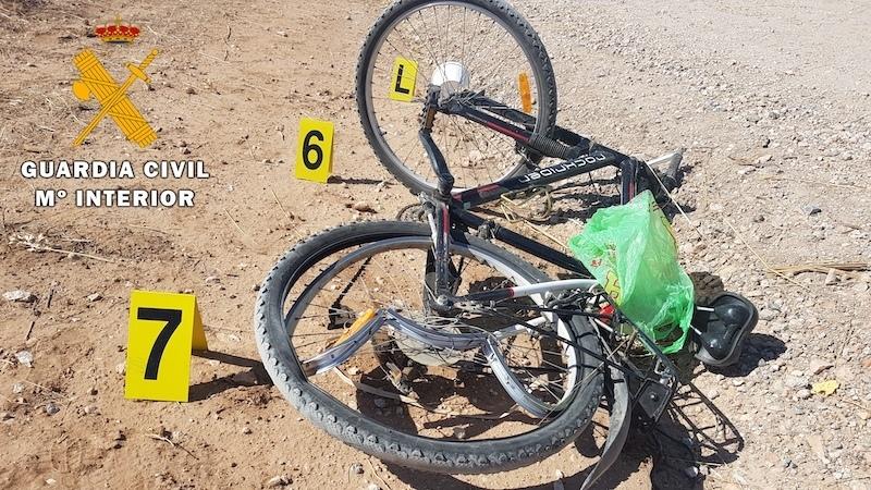 Mueren dos ciclistas y uno queda crítico en un accidente con un coche en carretera