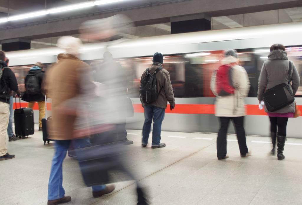 VÍDEO: Tiran a una mujer a las vías de una estación justo cuando llegaba el tren