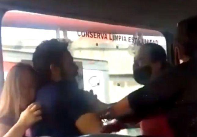 VÍDEO: Pilla al marido con la amante en un autobús:
