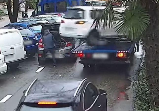 VÍDEO: Salva su vida de milagro tras caer un coche de una grúa que estaba en marcha