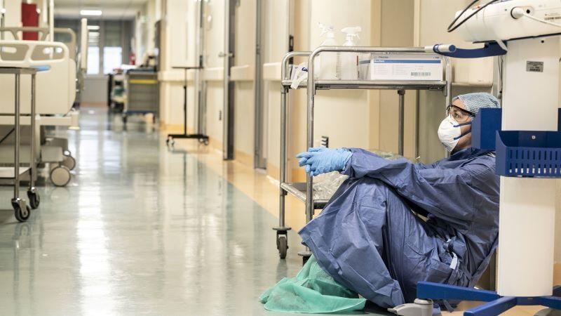 Muere un hombre de coronavirus tirado en un sillón del hospital tras negárseleuna cama
