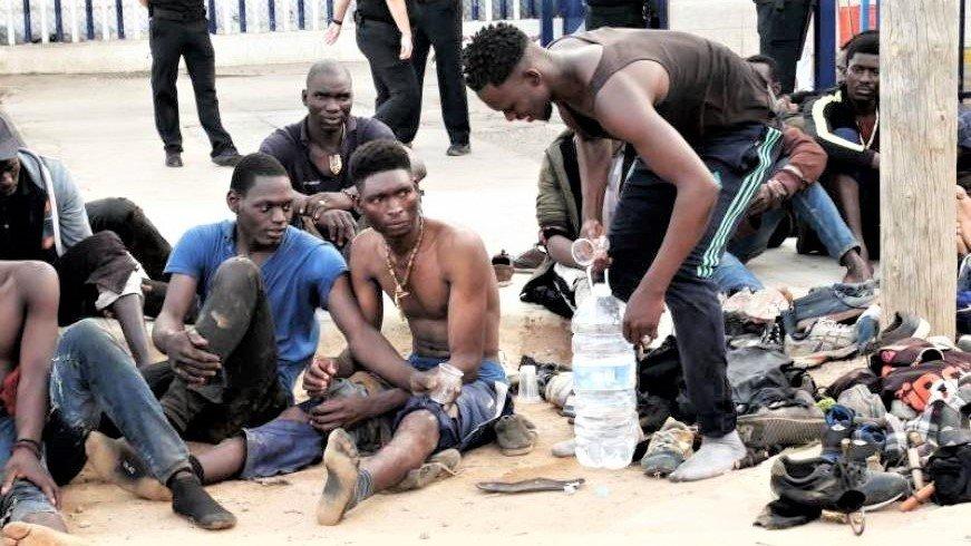Casi 240 inmigrantes entran a Melilla en un salto a la valla con varios  heridos