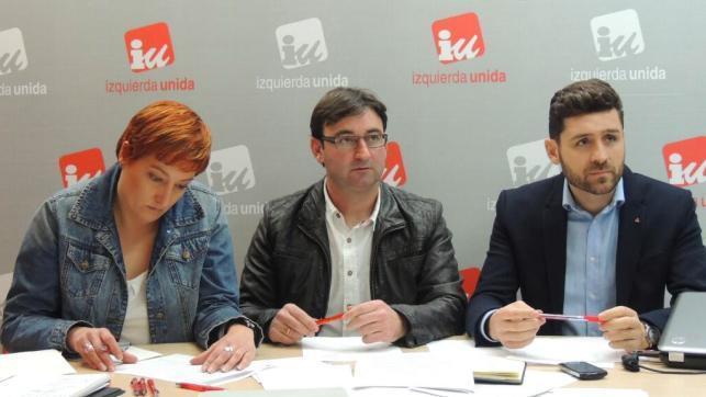 Elena Loaisa, Daniel Martínez y Marío García, durante la rueda de prensa ofrecida este domingo en la sede de IU de Castilla-La Mancha, tras el Consejo Político Regional