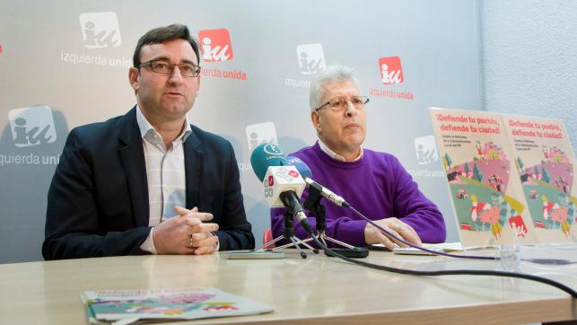 El coordinador de IU en Castilla-La Mancha, Daniel Martínez, junto con el responsable de Política Municipal de IU, Manuel Fuentes, en rueda de prensa