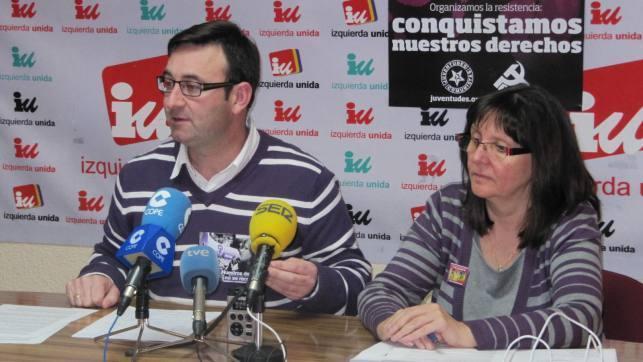 El coordinador regional de IU en Castilla-La Mancha, Daniel Martínez y la responsable de Mujer e Igualdad de la federación de izquierdas, Victoria Delicado