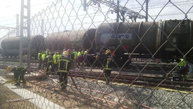 Descarrilan dos vagones con mercancías a la entrada de la estación de Alcázar de San Juan (Ciudad Real). En la imagen bomberos trabajando para retirar los vagones