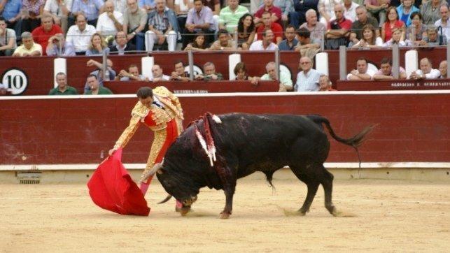 Enrique Ponce sufre una cogida al entrar a matar al primer toro en El Puerto de Santa María