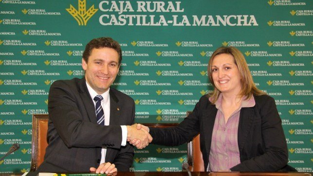 Caja rural clm sigue imparable en el sur de gredos y abre for Oficinas caja rural del sur