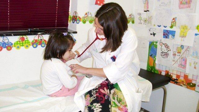 Alertan que el 40% de consultas de Pediatría no están atendidas por pediatras. Imagen de archivo de una consulta de pediatría
