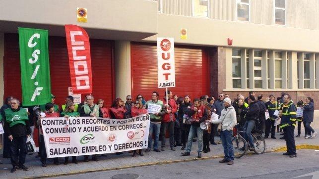 Sindicatos advierten de recortes en el servicio de correos for Oficina correos albacete