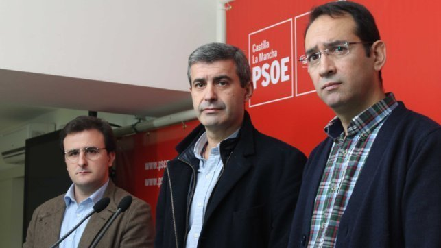 El portavoz del Grupo Socialista en la Diputación Provincial de Toledo, Álvaro Gutiérrez, junto a los diputados provinciales Santiago García Aranda y Ángel Luengo