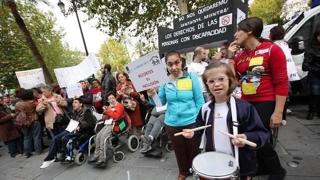 En la imagen de archivo dependientes y personas con discapacidad en una protesta-concentración por los cambios en la Ley de la Dependencia