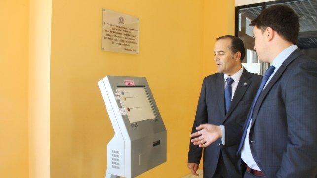 Gregorio visita la oficina de extranjer a que atiende a for Oficina extranjeria toledo