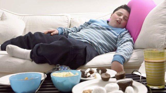Resultado de imagen para niños obesos con la tablet en la mesa