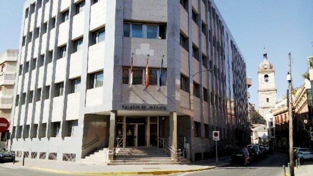 Condenan a tres hermanos a entre 4 y 3 años de cárcel por agredir a su cuñado