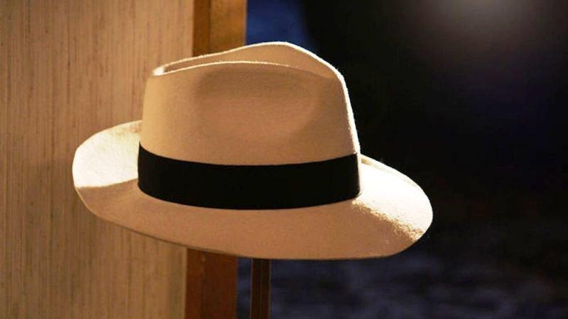Subastan por 10.000 euros el sombrero de Michael Jackson en  apos Smooth  Criminal apos  79618054c5a