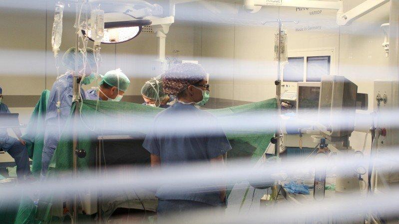 Muere una mujer tras recibir un trasplante de pulmones infectados con coronavirus