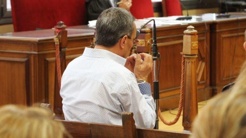 Imagen de archivo de un hombre prestando declaración durante un juicio