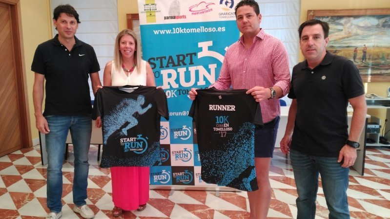La alcaldesa de Tomelloso recibe la camiseta oficial del Programa Start to Run