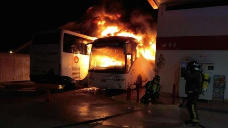 Arde un microbús aparcado en una calle del municipio de Cabezarrubias del Puerto