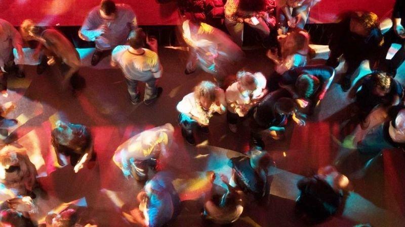 La última locura: jóvenes organizan fiestas del coronavirus con premio al que se contagie