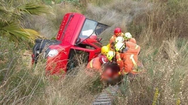 Muere un hombre de 41 años tras chocar su coche con unas rocas y caer por un desnivel