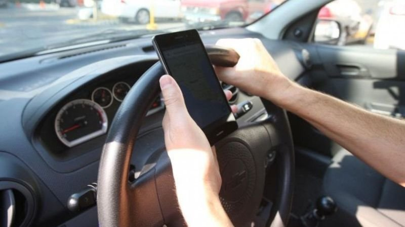 La DGT aprueba una nueva multa por el móvil en el coche, aunque no lo estés usando