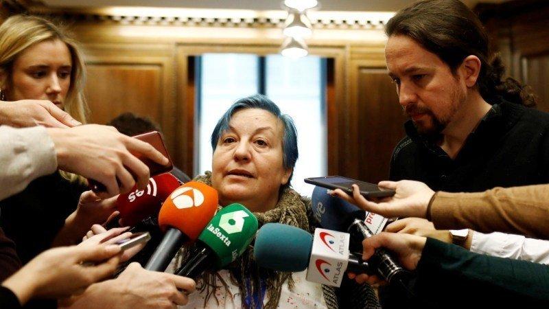 Aurelia Jerez, representante de la Coordinadora Estatal de Plataformas en Defensa de la Ley de Dependencia, atendiendo a los medios en el Congreso