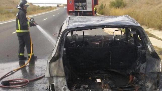 Muere un conductor al salirse de la vía e incendiarse su vehículo en la A-2
