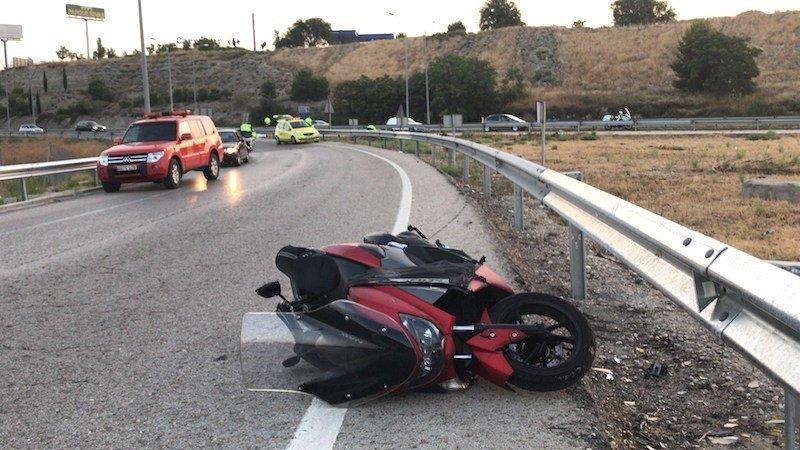 Fallece un hombre tras caerse con la moto que conducía en una carretera secundaria