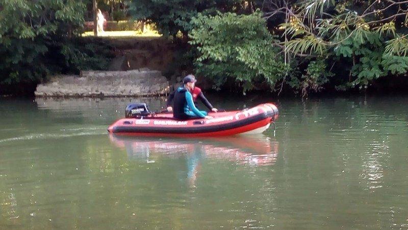Hallan el cadáver de un hombre en extrañas circunstancias flotando en el agua de un río