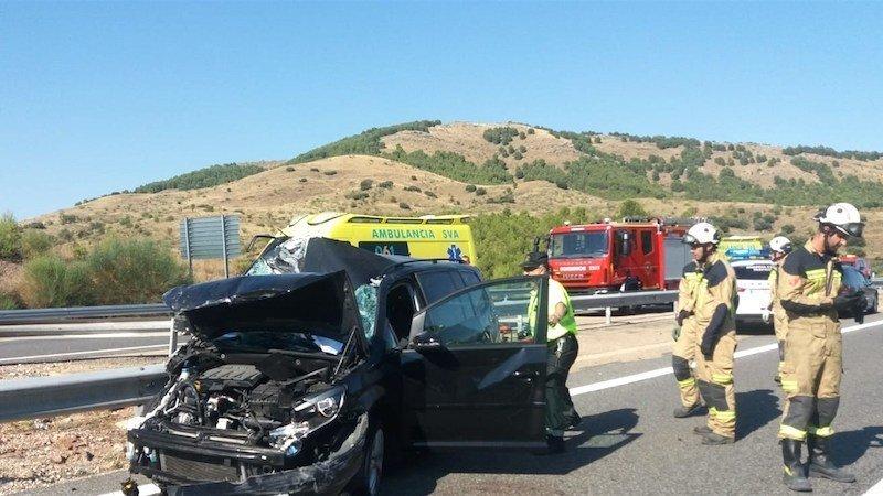 Un fallecido tras el choque frontal de dos vehículos en una carretera secundaria