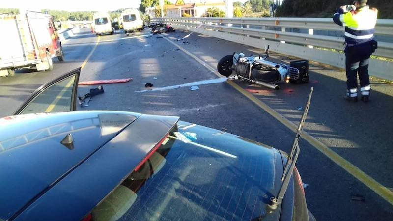 Muere un hombre tras chocar la motocicleta que conducía con un coche en una calle