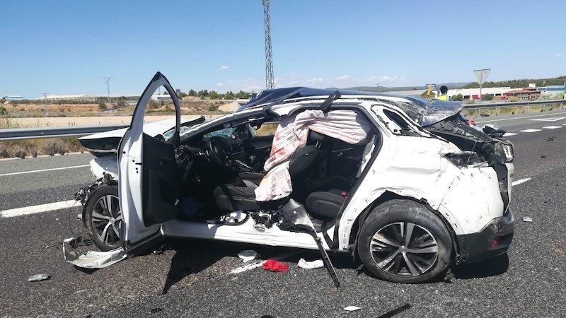 Muere un hombre y un menor herido tras salirse de la vía un coche en una carretera