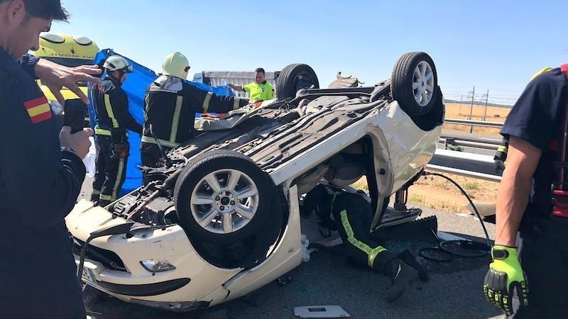 Muere un joven conductor de 30 años tras salirse de la carretera su coche y volcar
