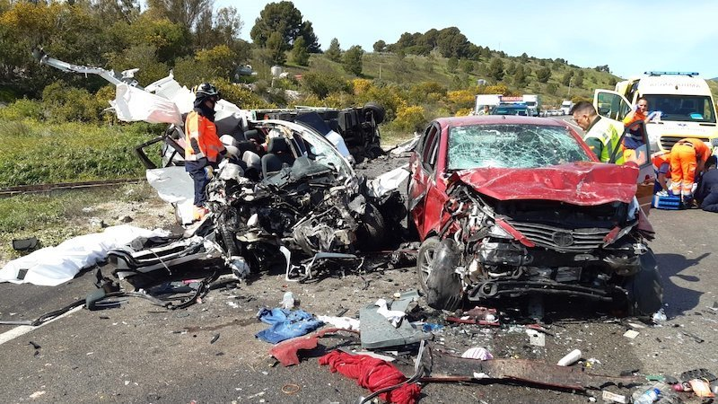 Un muerto y dos heridos tras un choque al circular un coche en dirección contraria