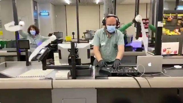 Ovación a unos trabajadores de un Mercadona y su canción del coronavirus: