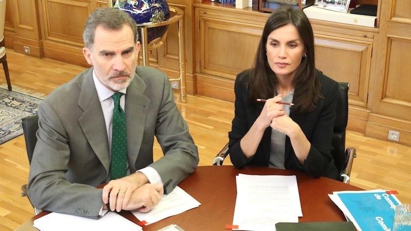 El director del Hospital General de Albacete expone a los reyes la situación del centro