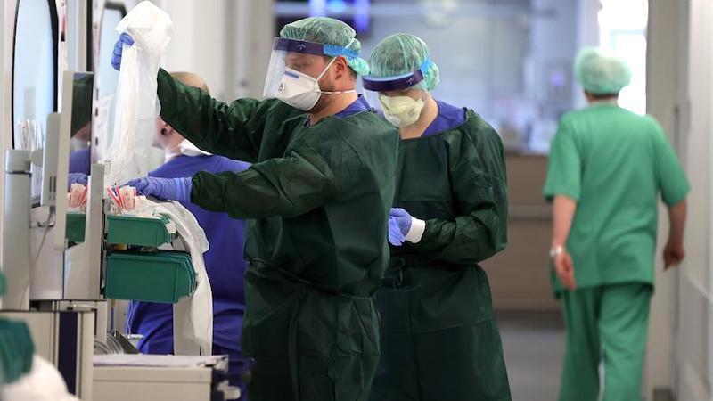 Muere por coronavirus un prestigioso médico tras visitar a su mujer en la UCI