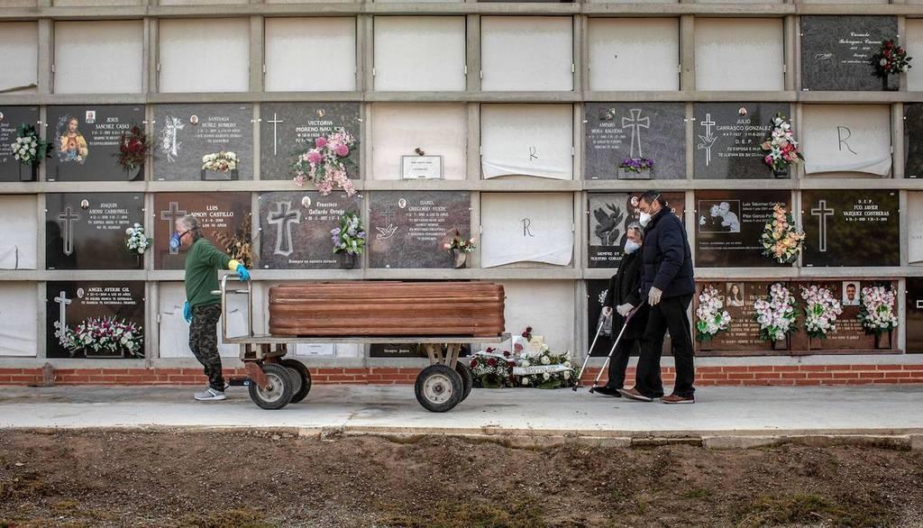 España suma 674 fallecidos por COVID-19 y siguen ralentizándose contagios y muertes
