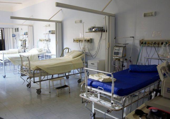 Cierran bajo llave en una habitación de hospital al hijo de un enfermo de coronavirus