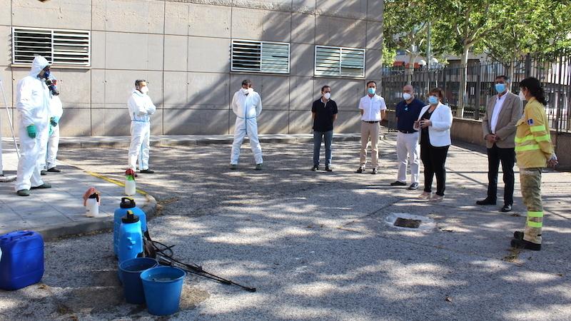 Trabajadores de Geacam desinfectan los centros educativos de la provincia de Ciudad Real