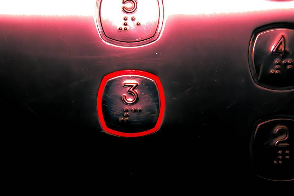 El riesgo de contraer COVID-19 en un ascensor