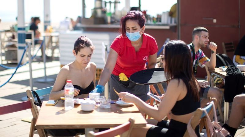 El contagio de coronavirus en las terrazas: raciones o servilleteros, algunos de los focos