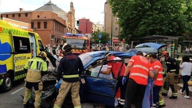Un muerto y dos heridos en una colisión de un vehículo con varios coches aparcados