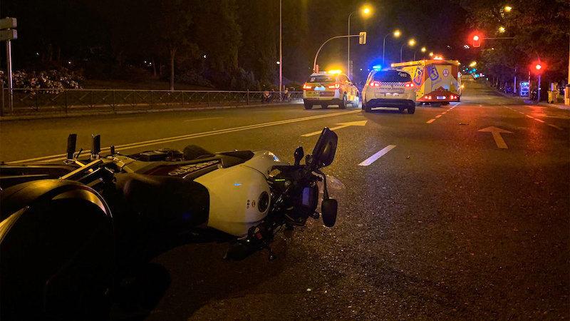 Muere un hombre tras impactar contra un semáforo la moto que iba conduciendo