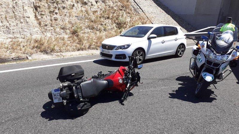 Muere un motorista de 36 años en un choque con dos coches en una carretera secundaria
