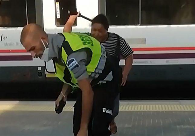 VÍDEO: Una mujer roba la porra a un vigilante de seguridad de Renfe y lo agrede