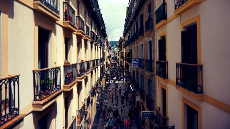 VÍDEO: Pillados practicando sexo en un balcón de una céntrica calle a plena luz del día
